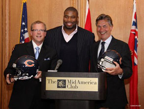 Visiting American neighbours: Premier Gary Doer of Manitoba (right) and Premier Brad Wall of Saskatchewan (left) with Israel Idonije of the Chicago Bears (centrer), a native of Winnipeg, Manitoba.