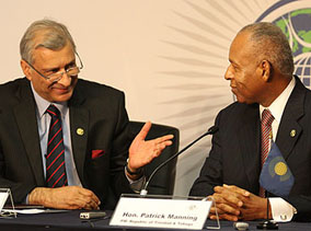 Commonwealth Secretary-General Kamalesh Sharma (left) with Trinidad and Tobago's Prime Minister, Patrick Manning, at the pre-summit press conference on 26 November 2009. Kenroy Ambris/Commonwealth Secretariat.