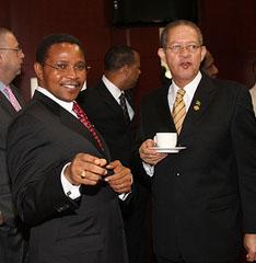 Jamaica Prime Minister Bruce Golding (r) and Tanzanian President Jakaya Kikwete.  Kenroy Ambris/Commonwealth Secretariat.
