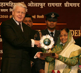 The President of India, Smt. Pratibha Devisingh Patil (r), presenting the Jawaharlal Nehru Award for International Understanding for the year 2007 to the President of the Republic of Iceland, H.E. Dr. Olafur Ragnar Grimsson (l), in New Delhi on January 14, 2010.