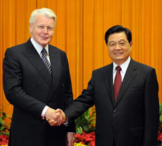 Chinese President Hu Jintao (R) meets with Icelandic President Olafur Ragnar Grimsson, just before closing ceremony of the Beijing Olympic Games, Auguzst 22, 2008. Xinhua/Liu Jiansheng Photo.