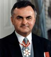 """Ray Hnatyshyn, born in Saskatoon, cabinet minister in the Conservative governments of Joe Clark and Brian Mulroney, and then Governor General of Canada, 1990–1995. He opened up Rideau Hall to the public, and """"was praised for raising the stature of Ukrainian Canadians."""""""