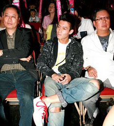 Edison Chen at June 16, 2010 FAMA concert in Hong Kong, with  Media Asia boss Peter Lam (r).