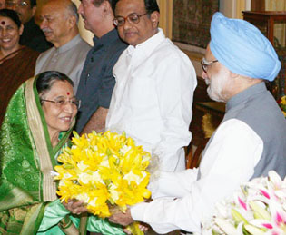 The Prime Minister of India, Dr. Manmohan Singh (r) bidding farewell to the President of India, Smt. Pratibha Devisingh Patil (l) before her departure on her State Visit to the People's Republic of China, May 26, 2010.
